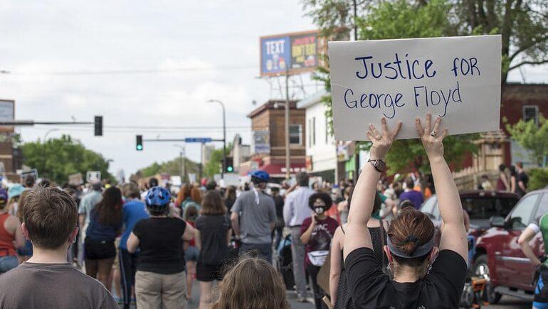 Τζορτζ Φλόυντ: η δολοφονία του από την αστυνομία της Μινεάπολις προκαλεί εξέγερση