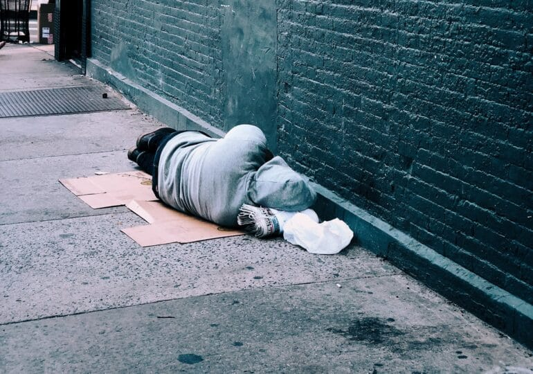 Αξιοπρεπή στέγαση για όλους τους άστεγους άμεσα (video+ανακοίνωση)