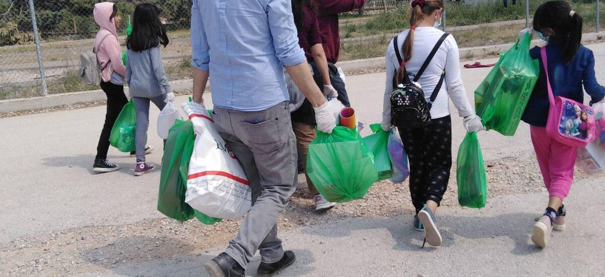 Μοιράζοντας παιχνίδια στα προσφυγόπουλα στο καμπ της Μαλακάσας