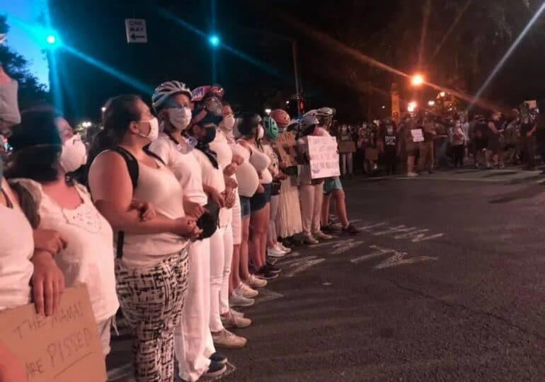 Οι Μανάδες του Σικάγο στο πλευρό των διαδηλωτών