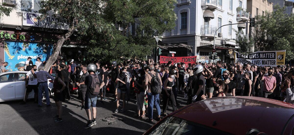 """Αντιφασιστική διαδήλωση στην πλατεία Βικτώριας - Η αστυνομία """"έβαλε πλάτη"""" στα φιλαράκια της, τους φασίστες (με διαταγή Χρυσοχοΐδη)"""