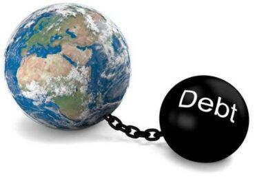Παγκόσμια οικονομική κρίση: ΗΠΑ και Ευρωζώνη βυθίζονται στο χρέος
