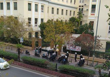ΑΣΟΕΕ: Ένα πανό, δεκάδες μπάτσοι